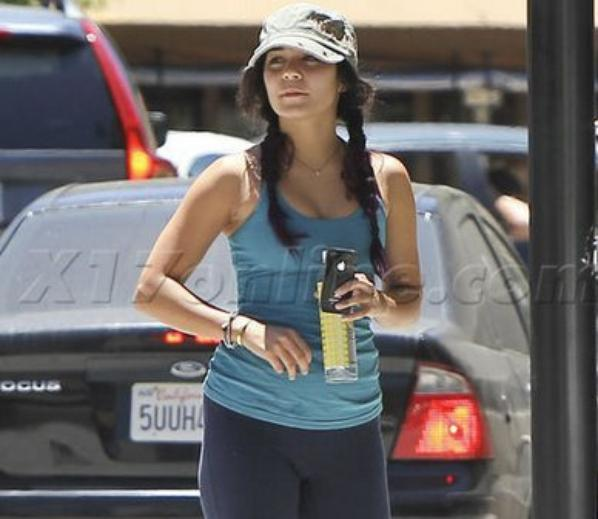 Vanessa out with her girllfriend in the valle(June 25)y
