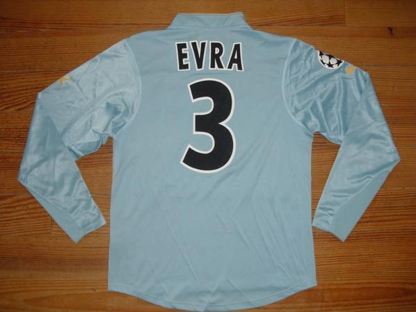 "Maillot ""4"" saison 2003-2004 floqué EVRA (de dos)"