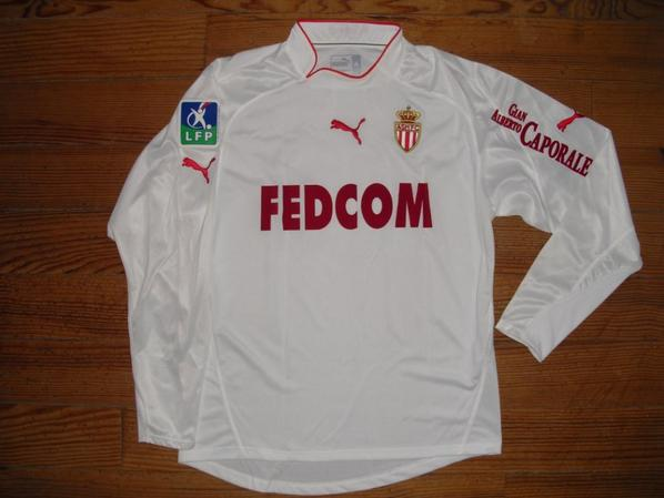 Ensemble maillot + short extérieur saison 2003-2004 floqué MORIENTES (de face)