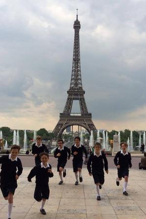 Les Petits Chanteurs de France en séance photos au Trocadéro