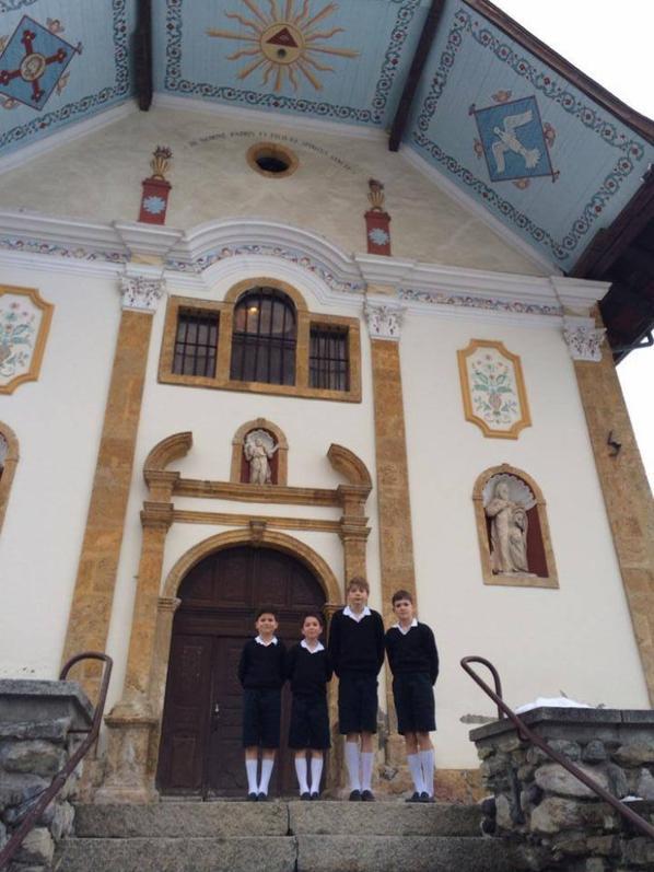 Devant l'église des Contamines