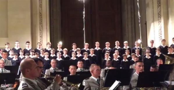 Les Petits Chanteurs et l'Orchestre de la Légion