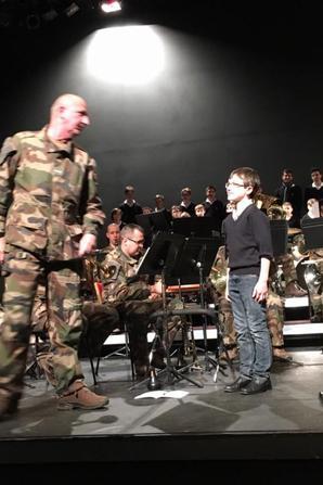 Les Petits Chanteurs et l'Orchestre de la Légion en répétition Scène Watteau