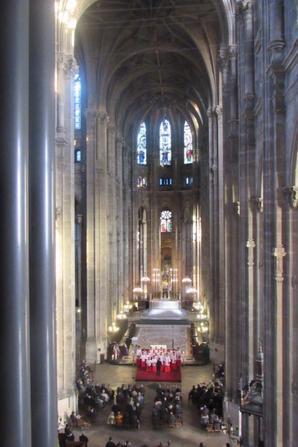 Les Petits Chanteurs de France dans leur tenue liturgique