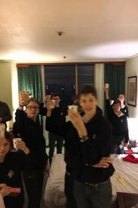 Ce soir nous avons fêté Noël : prière, échange de cadeaux et Christmas soda! (2/3)