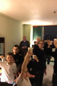 Ce soir nous avons fêté Noël : prière, échange de cadeaux et Christmas soda! (3/3)