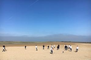 Match de foot sur la plage de Gravelines, sous un soleil magnifique. Les bleus contre les France! Tout le monde est sûre de gagner!