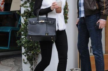 Emma Watson sur le tournage du nouveau film de Sofia Coppola. Le 11 avril 2012. Emma watson comme on l'a jamais vu! Elle porte des extensions pour le film et est magnifique !On l'aperçoit également à la sortie de sa loge <3