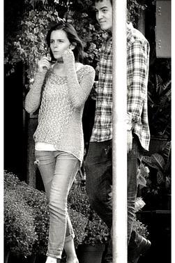 Emma à été vu avec son petit ami Will Adamowicz quittent le magasin Williams-Sonoma à New York. Le 16 septembre 2012.Tenue décontracter d' Emma , j'adore ! Et vous?
