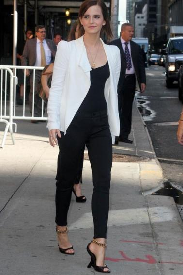 Emma Watson, ultra élégante, quitte le Ed Sullivan Theater après l'enregistrement de son passage sur le plateau du Late Show With David Letterman. New York, le 5 septembre 2012. Que pensez vous de satenue ? J'adore !