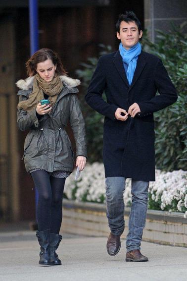 Emma et Will se promenaient dans les rue de New York  le 18/11/12, Emma était complètement absorbé par son téléphone ^^ Sa tenue est simple mais je la trouve sublime!