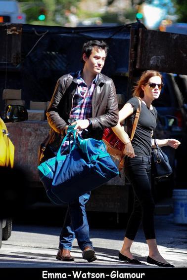 Emma et Will on été vu entrain de cherchez un taxi aprés l'arrivé de Will a New York le 15/09/12 ! Une tenue simple mais jolie, qu'en pensez vous?