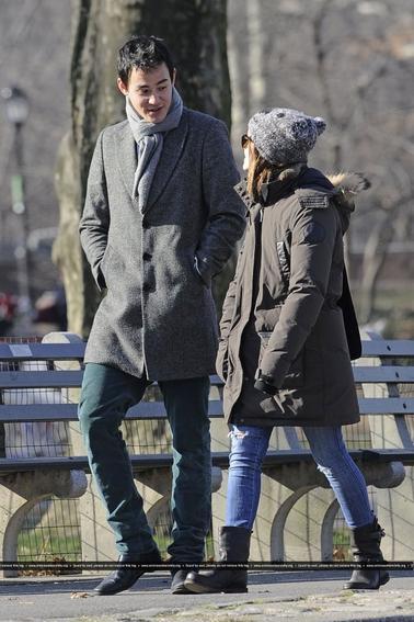 Le 08/01/13 Emma et Will se promenaient en amoureux dans central park à New York: J'aime beaucoup la tenue d'Emma , simple et sobre à la fois :) Qu'en pensez vous?