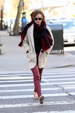Le 06/04/13 Emma se promenait dans les rue de New York . Un style classe et sobre à la fois . Vous aimez ?