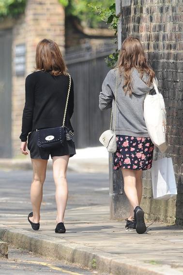 Le 27/04/13 Emma à été aperçu à Londre  avec son amie Amy Vaver! Elle est juste magnifique dans cette tenue !! Un gros Top! Elle a également été vu avec un ami à elle .