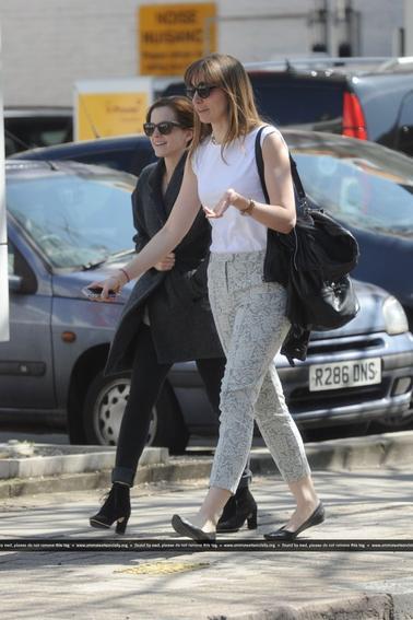 Le 28/04/13 Emma à été vu se promenant dans les rue de Londre avec son amie Charlotte . Que pensez vous de sa tenue ?