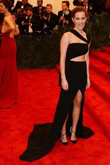 06/05/13 <3 Emma était présente hier soir au MET Gala 2013 à New York, un des plus gros évènements de l'année aux USA ! Elle portait une rôle asymétrique noire, avec une jolie traine, signée Prabal Gurung.J'adore énormément sa tenue ! La robe est somptueuse et la coiffure magnifique :) Emma à mis seulement une boucle d'oreille pendante , j'aime bien^^ . Vôtre avis?