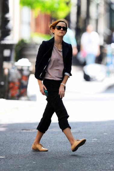 07/05/13 ->Il semblerait qu'Emma ait décidé de rester un peu à New York après la Punk Party du Met lundi soir. Elle y a été vu hier dans la journée en train de faire du shopping.Que pensez vous de sa tenue ? Personellement j'aime beaucoup le haut mais le bas beaucoup moins ^^
