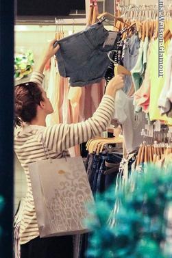 13.06.13->Emma à été aperçu dans les rue de New York faisant du shopping !