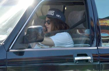 Nouvelles photos HQ de Kristen Stewart conduisant à Los Angeles ( 12 Février 2014 )