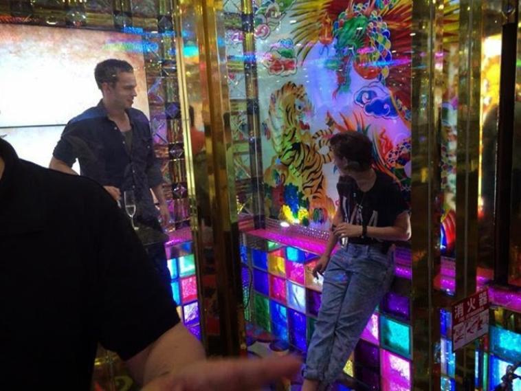 Fanpics de Kristen Stewart & Nicholas Hoult au Robot Restaurant de Tokyo - Japon ( 28 Juillet 2014 )
