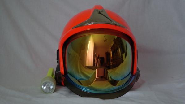 voila    et   superbe   casque   f1 xf   pompier   couleur  orange fluo