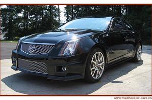 Madness US vous propose en neuf la Cadillac CTS-V 2012, la berline la plus exclusive et la plus performante au monde au monde, en effet cette Cadillac hérite du même moteur, légerement dégonflé, que la Corvette ZR1 ! Son V8 compressé de 6,2 litres de cylindrée développe la puissance de 556 chevaux et 747 Nm de couple. Cette luxueuse voiture quatre portes abat le 0 à 100 km/h en 4 secondes ! Sur le circuit Allemand du Nürburgring, la CTS-V détient le record du tour pour une berline : 7 minutes 59 secondes et 32 centièmes, c'est beaucoup mieux que ses concurrentes Bavaroises, qui valent bien plus cher !