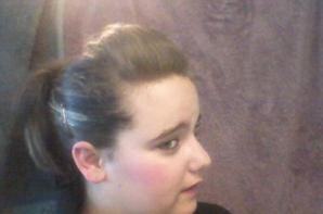 Moi il y a 1 ans et demi avec les cheveux attacher et sans lunettes <3