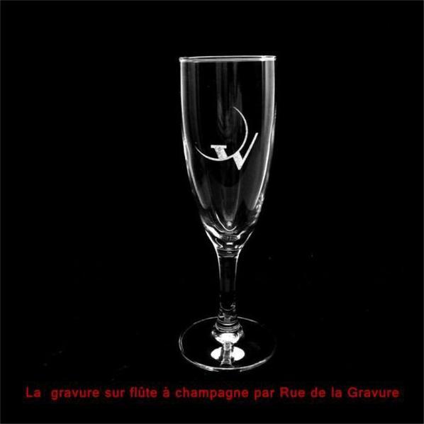 Gravure sur flûtes à Champagne