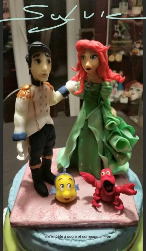 """gateau recouvert de pate a sucre sur le theme de """"Ariel la petite sirene et son prince eric """" disney"""