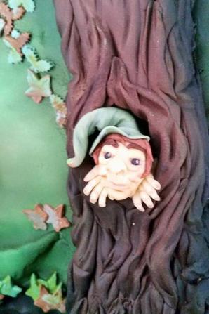 gateau recouvert de pate a sucre avec decor elfique realise en pate a sucre à la main !