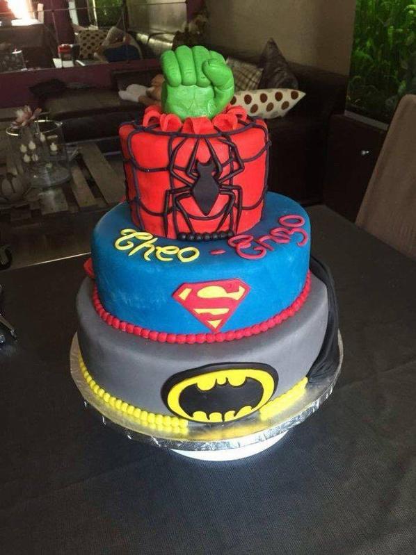 ma realisation d un gateau sur le theme des heros ( superman, spiderman, batman, hulk ) recouvert de pate a sucre !
