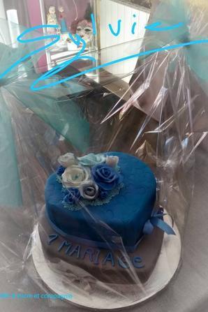 gateau recouvert de pate a sucre pour l anniversaire d un mariage