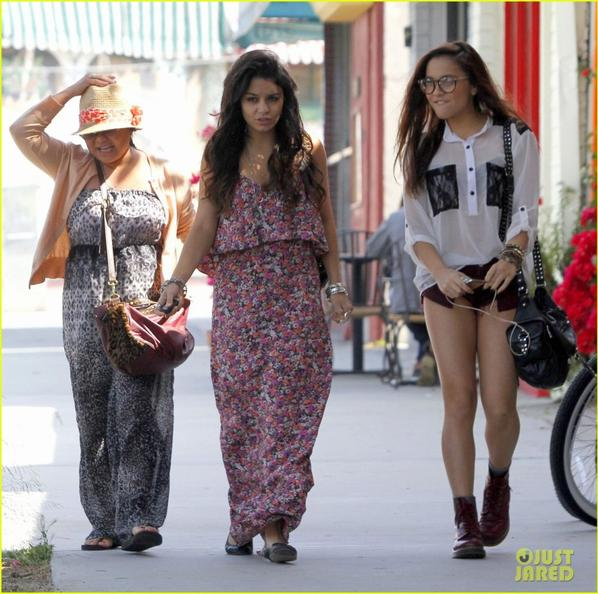 Vanessa Hudgens: Ladies Lunch with Mom & Stella!