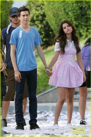 Selena Gomez & Nat Wolff : Kissing Under 'Guidance'!
