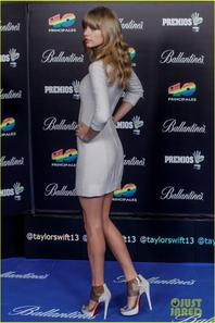 Taylor Swift: 40 Principales Awards Plunging Neckline Dress!