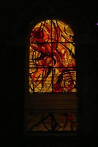 114 - Vitraux éclairés de l'église , vues de l'extérieur la nuit.