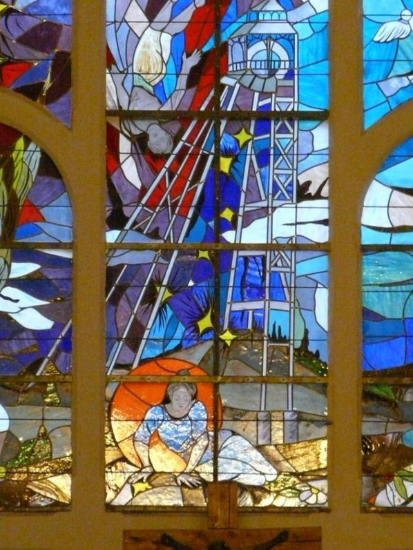 568 -Eclairage de l'intérieur de l'église colorant la femme apeurée attendant sur le sol la remonte du mineur -