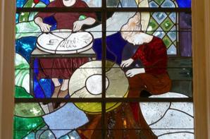"""570 - Détails du vitrail sur le théme """" des dentelières """" église St Amé -"""