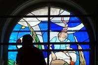 """571 - détails du vitrail sur le thème des """" dentelières en l'église St Amé -"""