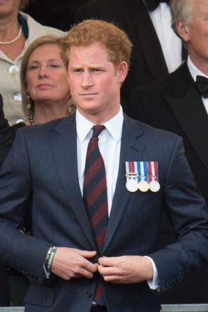 Prince Charles et le prince Harry pose avec un groupe de Gurkhas lors d'une réception avant le spectacle 200 Gurkha dans les motifs de la Royal Hospital Chelsea le 9 Juin, 2015 Londres, Royaume-Kigndom.
