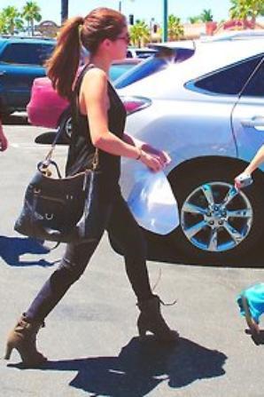 Selena et son petit sachet a croqué ! ( >_< ) ..