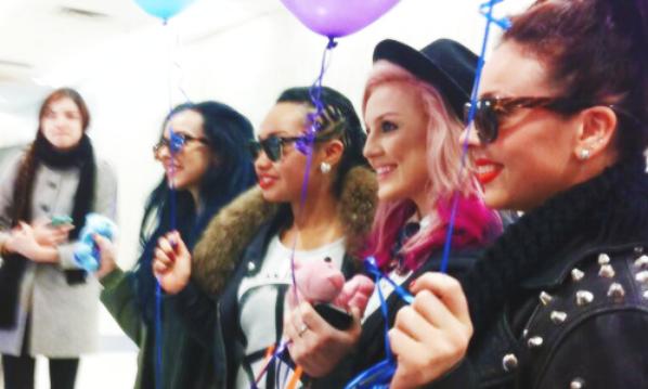 Les filles à l'aéroport de N.Y hier <3 #Mixerement