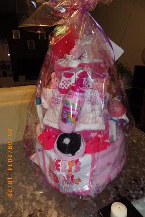 un gros gros gateau de couches hello_kitty