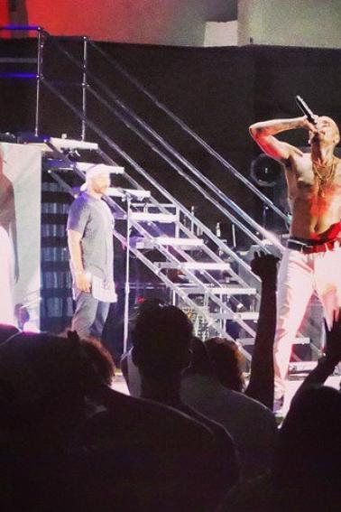 Chris performant à Hawaï la nuit dernière