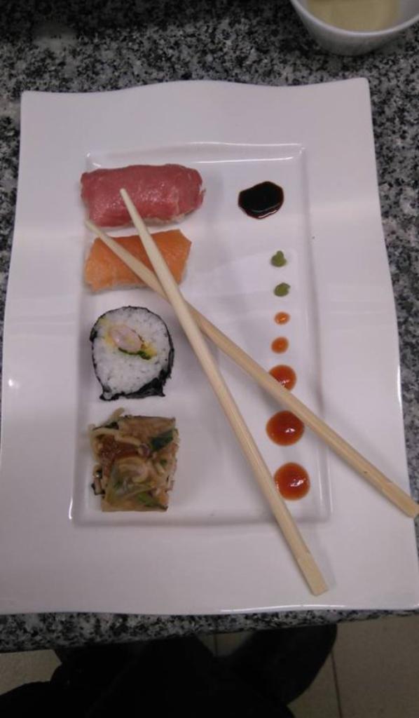 Makis,sushi, rouleaux de printemps et Ballotine de vollaire panée .
