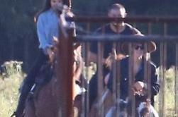 Selena et Justin à Ontario faisant de l'équitation