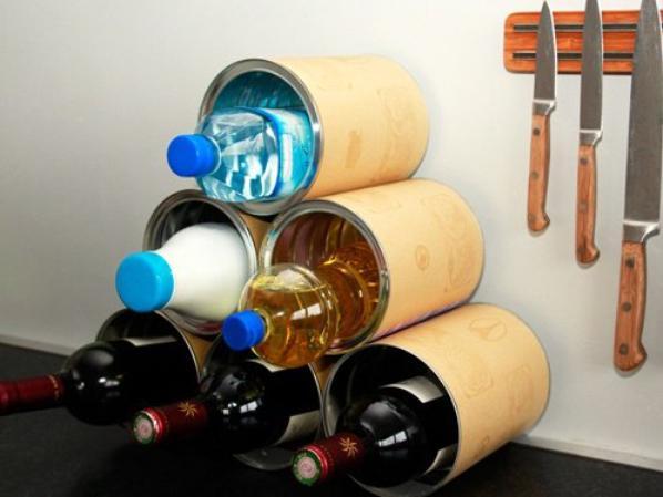 avec des boutes de conserves et vieux pot en verres