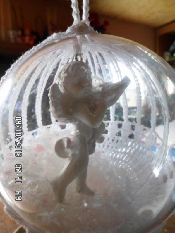 voici une boule avec un ange