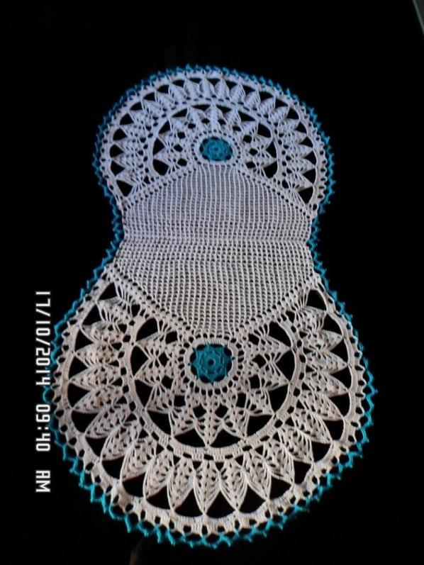 napperon blanc et bleu turquoise dimension 82 cm sur42 et 32 cm